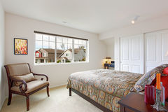 Sovruminre med litet kontorsområde Arkivfoto