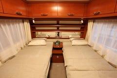 Sovruminterior av en husvagn som används som permanent hem Fotografering för Bildbyråer