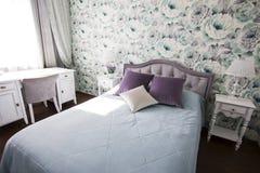 Sovrummet i Provence stil i blått och lila färgar den ljusa moderna inre Arkivfoto
