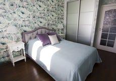 Sovrummet i Provence stil i blått och lila färgar den ljusa moderna inre Arkivfoton