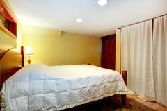 Sovrummet med det hängt upp gardiner fönstret och ljus är på Arkivfoto