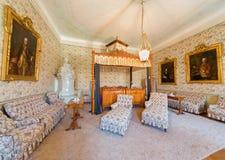 Sovrummet sned i körsbärsrött trä från. cent 19 Arkivbilder
