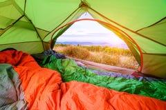 Sovsäck inom ett tält som ut ser med sikt till och med bakdörren royaltyfri foto