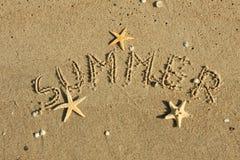Słowa lato pisać obok w piasku Zdjęcie Royalty Free
