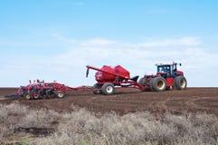 sowing Tractor con la sembradora en el campo Fotografía de archivo