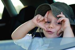Sowizdrzalska chłopiec gestykuluje przy obrazy royalty free