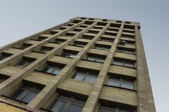 Sowjetische Architektur gegen den Himmel lizenzfreie stockbilder