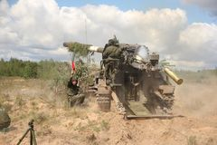 Sowjetische Artilleriegewehre in der Aktion Stockfoto