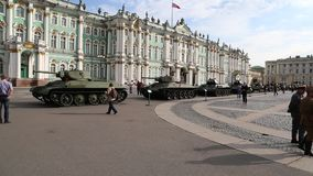 Sowjetische Behälter und andere militärische Ausrüstung von den Zeiten des Zweiten Weltkrieges auf der Militär-patriotischen Akti stock video footage
