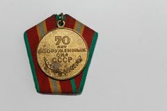 Sowjetische Medaille für 70 Jahre der bewaffneten Kräfte - Feiern der Sieg zweite Weltkriegs- Rückseite Stockfoto