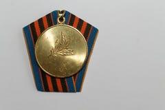 Sowjetische Medaille für 50 Jahre der Sieg zweite Weltkriegs- Rückseite Lizenzfreies Stockbild