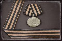 Sowjetische Militärmedaille und George-Band, antikisieren getont Stockfotografie