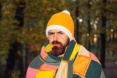 Sowjetische Sammlungen, Manteldecke Bärtiger Mann, der auf der Kamera, Freiluftschuß schaut Altmodische Kleidung, Retrostil lizenzfreies stockbild
