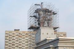 Sowjetische Skulptur-Arbeitskraft und Kolkhoz Frau im Baugerüst Stockbild