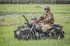 Sowjetische Soldaten, die einen Beiwagen reiten Stockfotos