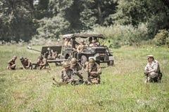 Sowjetische Soldaten, die für einen Angriff sich vorbereiten Stockfoto