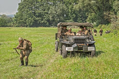 Sowjetische Soldaten, die für einen Angriff sich vorbereiten Stockbild
