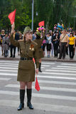 Sowjetische Verkehrsprüfer in der Uniform des Zweiten Weltkrieges zeigt die Richtung an Stockfotos
