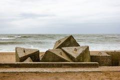 Sowjetische Verstärkungsruinen der Ostsee fahren die Küste entlang Lizenzfreie Stockbilder