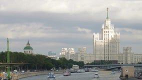 Sowjetischer Ärawolkenkratzer und Moskva-Fluss stock video footage