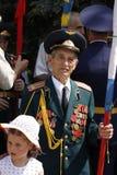 Sowjetischer Armeveteran mit kleinem Mädchen stockfoto