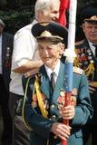 Sowjetischer Armeveteran mit Markierungsfahne lizenzfreies stockfoto