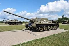 Sowjetischer Behälter SU-100 auf Prokhorovka-Feld nach dem Behälterkampf von Lizenzfreies Stockfoto