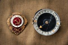 Sowjetischer Bestellungs-Ausweis-ausgezeichneter Pfadfinder und Militärkompaß Stockbilder