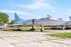 Sowjetischer Bomber Tupolev Tu-22M Backfire durch NATO angezeigt am Zhuliany-Zustands-Luftfahrt-Museum in Kyiv, Ukraine lizenzfreie stockfotos