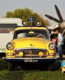Sowjetischer gelber Polizeiwagen GAZ der Weinlese mit Blinklicht am alten Auto-Land-Festival Lizenzfreie Stockfotografie