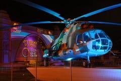 Sowjetischer Hubschrauber Mi-8T unter Lichtern des Kreises des Lichtes Stockbilder