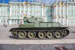 Sowjetischer mittlerer Behälter T-34 auf der Militär-patriotischen Aktion, St Petersburg Lizenzfreie Stockfotos