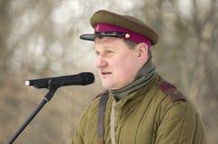 Sowjetischer Offizier mit Zeichen der Unterscheidung zur Feier des Tages des Verteidigers des Vaterlands Lizenzfreie Stockfotografie