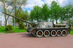 Sowjetischer selbstfahrender Einheits-Klasse Behälter-Zerstörer der Artillerie SU-100 auf Gasse des Militärruhmes, Vitebsk, Weißr Lizenzfreies Stockbild