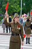 Sowjetischer Verkehrsprüfer in der Uniform des Zweiten Weltkrieges zeigt die Richtung auf die Allee von Helden in Wolgograd an Lizenzfreie Stockbilder