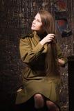 Sowjetischer weiblicher Soldat des Zweiten Weltkrieges kämmt ihr Haar Stockfotografie