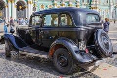 Sowjetisches Auto GAZ-M1 von Zeiten des Zweiten Weltkrieges auf der Militär-patriotischen Aktion auf Palast-Quadrat, St Petersbur stockfotos