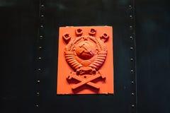 Sowjetisches CCCP-Emblem mit Hammer und Sichel auf einer Marmorplatte Russland St Petersburg Museums-Eisenbahnen von Russland am  Stockfoto