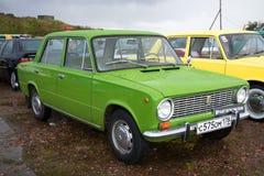 Sowjetisches Grün Auto Zhiguli VAZ-2101 im Regen Die Parade von Retro- Autos in Kronstadt Stockbild