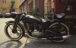 Sowjetisches Motorrad der Weinlese geparkt Stockfotografie