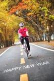 Słowo Szczęśliwy nowy rok na drogowej powierzchni z sportsmenką Obraz Stock