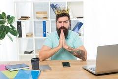 Soy el mejor rey de la oficina Jefe del departamento Empresario barbudo del hombre de negocios del encargado del hombre llevar la foto de archivo