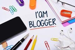 Soy un concepto del Blogger con el teléfono elegante Imagen de archivo