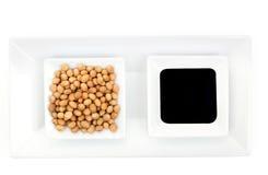 Soybeans och sojasås. Arkivbild