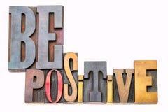 Soyez abrégé sur positif mot dans le type en bois images libres de droits