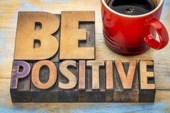 Soyez bannière positive dans le type en bois d'impression typographique images libres de droits