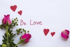 Soyez carte de message d'amour avec le coeur rouge d'aspiration photos libres de droits