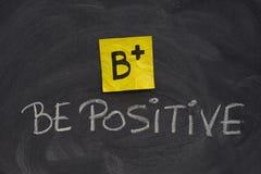 Soyez concept positif sur le tableau noir Images stock