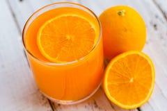 Soyez coupé pour enlever le jus d'orange pour boire et manger et être sain photo stock