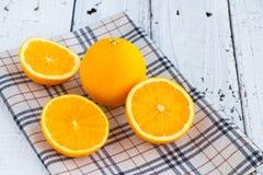 Soyez coupé pour enlever le jus d'orange pour boire et manger et être sain images libres de droits